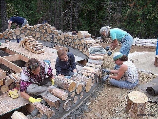 Выкладываение стен дома из дров